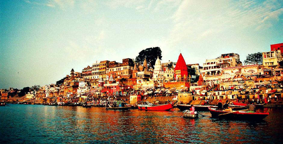 1280px-Ganges_River_bank_in_Varanasi